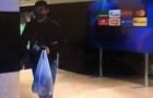 Sao trẻ Barca bắt taxi về nhà sau 'màn debut' tại Champions League