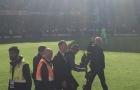 Chê fan Chelsea thiếu tôn trọng, Mourinho có hành động khiêu khích