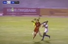 'Truyền nhân Công Phượng' né tài tình, hậu vệ U21 Malaysia lãnh trọn cước của thủ môn
