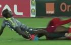 QUÁ SỐC! Thủ môn Châu Phi gãy cả 2 chân khi cản phá bóng