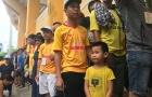 Dòng người xếp hàng vào sân Thiên Trường tiếp lửa cho Nam Định