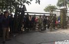 Không mua được vé, người hâm mộ xô đổ cổng Liên đoàn bóng đá Việt Nam