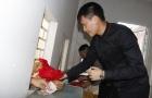 Công Vinh tự tay bán vé, ký tặng áo cho fan TP.HCM