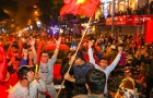 Fan ồ ạt đổ xuống đường ăn mừng chiến thắng ĐT Việt Nam