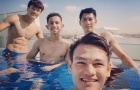 Tuyển Việt Nam xả hơi, khoe body cực chuẩn tại hồ bơi