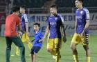 Fan nhí vượt rào, lao xuống sân xin chữ ký Quang Hải