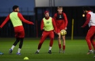 Đội trưởng Liverpool bị đồng đội 'vờn' tơi tả trên sân