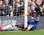Va chạm kinh hoàng với cột dọc, 'trò cưng' Lampard đau đớn lăn lộn trên sân