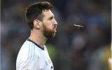 Messi phun nước bọt khi chứng kiến hàng thủ Argentina chơi siêu tệ