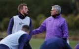 Kane ngơ ngác nhìn Mourinho đẩy yêu, ôm 1 đồng đội trước mặt mình
