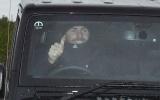 Tất cả buồn rũ rượi, 1 cầu thủ M.U giơ ngón tay cười hớn hở khi Mourinho bị sa thải