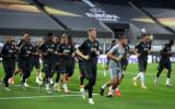 Man Utd ra sân tập luyện khi vừa tới Đức, Pogba lộ diện mạo mới