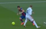 CHOÁNG! Tắc bóng ngược để đời, Ramos khiến Messi ngã chổng vó
