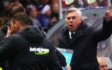 SỐC! Ancelotti bị phun nước bọt đầy người