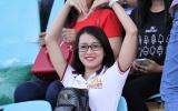 Fan nữ 'thả thính' Công Phượng cùng đồng đội trên sân Long An