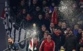 Benzema được CĐV Ajax 'tưởng thưởng' đặc biệt sau bàn thắng mở điểm