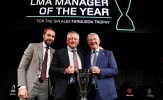 Sir Alex xuất hiện bên cạnh HLV hay nhất làng bóng đá Anh Quốc mùa giải qua