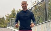 Không thi đấu được, Ronaldo gây ấn tượng với quả đầu khác lạ
