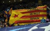 CĐV mang cờ Catalunya đến sân, Barca sắp bị UEFA phạt nặng?