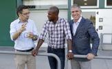 Chủ tịch Barca cùng huyền thoại Abidal đích thân 'xem giò' các tân binh