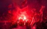 Kền kền thua tan nát, CĐV PSG nhuộm đỏ khán đài bằng pháo sáng