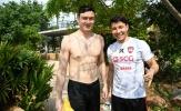 Đặng Văn Lâm đốn tim fan nữ với cơ bụng 6 múi ở bể bơi