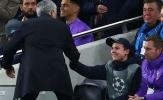 Cậu bé nhặt bóng tiết lộ lý do Mourinho không tìm ra mình sau trận