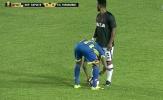 Cầu thủ lén rút dây giày đối thủ