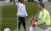 Con trai Ronaldo sút phạt thành bàn y hệt ông bố