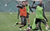 Dàn sao Milan căng thẳng tập luyện trong ngày mưa gió