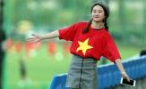 Fan nữ xinh đẹp 'đột nhập' khu huấn luyện cổ vũ U20 Việt Nam