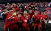 Tưởng tượng bình nước là chiếc cúp, 'Messi Hàn Quốc' cùng đồng đội ăn mừng như thể nhà vô địch