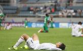 Cầu thủ Iran đổ gục xuống sân sau khi bị Zambia lội ngược dòng cay đắng