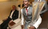 Mourinho trìu mến nhìn Pogba khoe cúp trên đường trở lại Anh