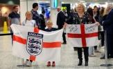 Chùm ảnh: NHM ra tận sân bay rước cúp cùng U20 Anh
