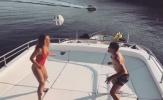 Sao Real và cô vợ xinh đẹp tâng bóng bằng đầu trên du thuyền