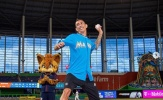 Angel Di Maria tập làm cầu thủ bóng chày