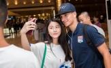 Depay và đồng đội bị hot girl vây kín tại Trung Quốc