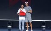 Ronaldo mặc quần đùi lên sân khấu tặng quà cho fan