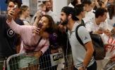 Fan nữ đổ xô tới sân bay để được ngắm dàn sao Real tới La Coruña