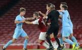 Một mình đánh hai cầu thủ Man City, Wilshere bị đuổi đầy xấu hổ