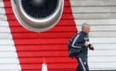 Mourinho 'tay xách, nách mang' hối hả tránh cơn mưa rào