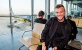 Mặc sức ép, tân binh Dortmund 'cười không thấy mặt trời' tại sân bay