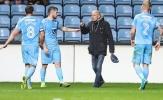Fan cuồng vào sân chửi cầu thủ dứt điểm tệ