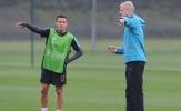 Sốc: Sanchez không thèm bắt tay Wenger trên sân tập