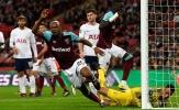SỐC: CĐV Tottenham tè bậy vào ly để ném đối thủ