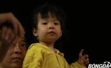 """Những """"thiên thần nhí"""" giữa rừng người tiếp sức cho ĐT Việt Nam"""