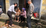 Công Vinh giản dị cùng vợ đi cứu trợ đồng bào miền Trung