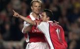 Dennis Bergkamp bị Marc Overmars và Van der Sar sa thải
