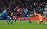 Hàng thủ Arsenal ngơ ngác trước cú ra chân của Callum Wilson